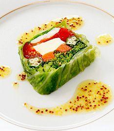 大きく存在感のあるタカナシ北海道モッツァレラを色とりどりの野菜達と一緒にすると・・・切り口も楽しいこ~んなに鮮やかなテリーヌのできあがり!レモンと粒マスタードを使ったソースが、優しいモッツァレラの味を引き立てます♪綺麗にゼリーが全体に行き渡るよう、野菜と野菜の間にゼリーを注いでくださいね。 - 170件のもぐもぐ - モッツァレラと春野菜のテリーヌ by タカナシ乳業