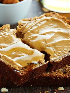 This Peanut Butter Honey Banana Bread recipe is moist, peanut butter-y, naturally sweetened w/ honey & bananas, & topped w/ a honey roasted peanut streusel. Peanut Butter Snacks, Peanut Butter Roll, Chocolate Peanut Butter, Honey Bread, Honey Roasted Peanuts, Fruit Bread, Breakfast Bake, Banana Bread Recipes, How Sweet Eats