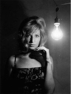 Portrait of actress Monica Vitti, in a darkened room next to a bright. Stephane Audran, Michelangelo Antonioni, I Robert, Actor Studio, Italian Actress, Famous Models, Catherine Deneuve, Timeless Beauty, Classic Beauty