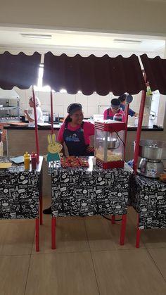 Tem coisa mais gostosa do que salgados e lanches deliciosos preparados na hora? Já pensou que bacana poder oferecer aos seus convidados a opção de uma lanchonete exclusiva, dentro da sua festa?  Saiba + sobre nossos serviços. Faça um orçamento! Entre em contato clicando no link  #cidadedafesta #minilanchonete #servicoalimentacaofestas #festas #buffetminilanchonete Mini, Snack Bar, Box Lunches, City, Parties