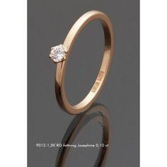 Vacker förlovnings/vigselring i 18k guld från Guldbolaget i serien Grade. Den har en diamant infattad på 0,10ct Wesselton SI.
