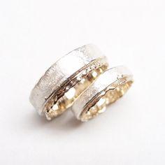 Twee trouwringen vervaardigd uit zilver en witgoud.