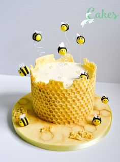 Honey comb with modeling chocolate on clean bubble wrap - frosti . - Honey comb with modeling chocolate on clean bubble wrap – frosting – - Pretty Cakes, Beautiful Cakes, Amazing Cakes, Beautiful Cake Designs, Bee Cakes, Fondant Cakes, Fondant Figures, Fondant Bow, Fondant Flowers