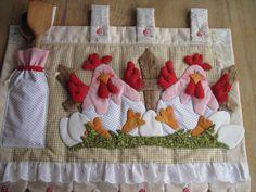 FRETE COM DESCONTO <br> <br>Enfeite seu fogão com lindas galinhas!! <br>Produto todo em tecido 100% algodão, estruturado com manta acrílica e enchimento com fibra siliconada.