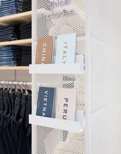 Everlane eröffnet permanenten Laden in New York Soho - Haus Dekoration Store Signage, Retail Signage, New York Soho, Fashion Showroom, Retail Store Design, Retail Shop, Retail Displays, Shop Displays, Parking Design
