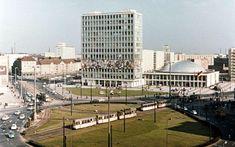 Berlin-Mitte, 1965, der Alexanderplatz vor der Umgestaltung. Die Autos rollen hier an der Konferenzhalle und vor dem Haus des Lehrers im Kreis; links ist sogar noch der Alt-Bau-Bestand an der Karl-Marx-Allee zu sehen. Foto: Imago