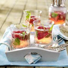 Unser beliebtes Rezept für Erdbeer-Campari-Bowle und mehr als 55.000 weitere kostenlose Rezepte auf LECKER.de.