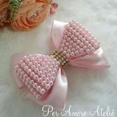 Laço de fita com laço bordado em pérolas sobreposto, aproximadamente 10 cm diâmetro, pode ser feito na tiara, faixa, bico de pato ( cores: pérola, rosa, preto, vermelho)
