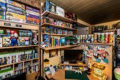 Spiele über Spiele säumen die Regale der kleinen Wohnung, in der Daniel zusammen mit seiner Frau Nina seit acht Jahren wohnt. #homestory #homestoryde #home #interior #design #inspiring #creative #games #spielehelden.net #computer #videospiele
