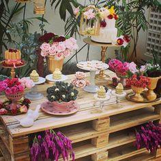 Mesa de pallets para doces com composição romântica - pasteis + dourado