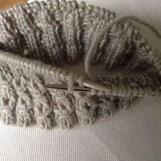 Valepalmikkoa voi tehdä usealla tavalla, tässä yksi helppo tapa. Silmukkamäärä on jaollinen viidellä, aluksi neulotaan kolme kerrosta kolme oikein, kaksi nurin. Valepalmikko muodostuu kolmen oikein… Diy Crochet And Knitting, Knitting Stitches, Knitting Patterns, Different Stitches, Wool Socks, Marimekko, Merino Wool Blanket, Needlework, Handmade
