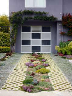Required Reading: Private Gardens of the Bay Area - Gardenista - In the tiny front yard of client Madeleine Nash in San Francisco's Castro neighborhood, designer Dan Carlson of Wigglestem Gardens created a midget landscape with giant impact. Grass Pavers, Driveway Paving, Driveway Landscaping, Landscaping Ideas, Driveway Ideas, Landscaping Plants, Landscaping Blocks, Hydrangea Landscaping, Gardens