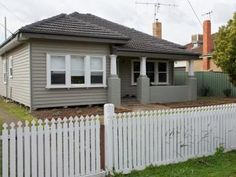 Photo of a weatherboard house exterior from real Australian home - House Facade photo 526989 House Exterior Color Schemes, Exterior Colors, Exterior Paint, Weatherboard Exterior, Rendered Houses, Concrete Facade, Bungalow Exterior, Facade House, House Facades