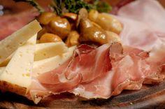 tagliere di formaggi trentini, affettati e funghetti  ph.R.Kiaulehn