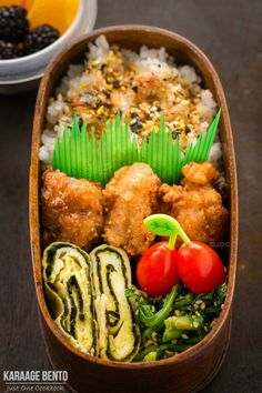 Delicious Bento Box Idea Shio Koji Karaage Bento In this bento box, you have golden crunchy chicken with tamagoyaki (Japanese rolled omelette) and spinach gomaae, along with fruits and grape tomatoes for a colorful lunch - food_drink Japanese Lunch, Japanese Dishes, Japanese Food, Easy Japanese Recipes, Asian Recipes, Healthy Recipes, Bento Box Lunch, Sushi, Food Inspiration