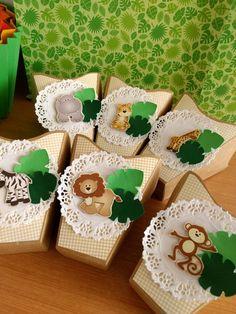Cachepô decorado em scrap. Podendo ser usado como centro de mesas, lembrancinhas e decoração. Pode ser desenvolvido em outros temas e cores.