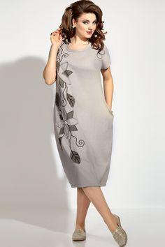 Платье женское свободного покроя. По переду имеются нагрудные вытачки и декоративные вытачки, идущие от низа изделия. Горловина круглой формы, Обработана обтачкой с открытым вытрепанным срезом. Вдоль полочки имеется декор в виде вышивки и аппликации из ткани, украшенной пришивными камнями и бусинами. В боковых швах имеются функциональные карманы. По спинке имеется средний шов со вставленным в него кантом с открытым вытрепанным срезом и декоративные вытачки, идущие от низа изделия. Рукав в...