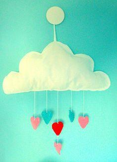 iten Karamells Kärleksmoln sprider fluffig kärlek i ditt barns rum och skänker fina drömmar.  Alla kärleksmoln är unika eftersom det är just här hos oss på Liten Karamell som de kommer till.  Fin mobil över babyns vagga eller bara en härlig detalj i ditt barns rum.  Moln i filt med virkade färgglada hjärtan hängandes under det.  Ögla för upphängning. Mått: Molnet mäter 30x50cm.   Köp ett kärleksmoln hos Liten Karamell: http://www.litenkaramell.se/barnrum/karleksmoln.html