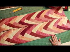 Boomerang patchwork tutorial -- amazing pattern and easy technique Quilting Tips, Quilting Tutorials, Quilting Projects, Quilting Designs, Sewing Projects, Scrappy Quilts, Mini Quilts, Patchwork Quilting, Bargello Quilts