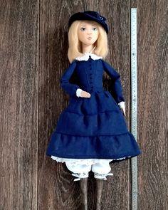 Фотографии Мэри в телефоне заканчиваются, а я о ней толком и не рассказала. Исправляюсь😊 Она выше моих обычных кукол, целых 45см. Пришлось увеличить туловище, так как заказчица попросила, чтобы кукла пела, а звуковой модуль оказался крупной коробочкой. Туловище же потребовало ноги подлиннее. Но труды были не напрасны💃Теперь при нажатии на кнопку Мэри поет о #ледиСовершенство. Руки и ноги куклы подвижны и сгибаются, позы можно легко менять.  #annabalyabina_dolls #аннабалябина_куклы…