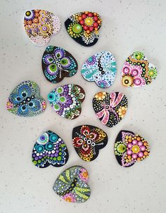Dot mandala hand painted on a rock. Dot Art Painting, Rock Painting Designs, Mandala Painting, Pebble Painting, Painting Patterns, Pebble Art, Stone Painting, Mandala Painted Rocks, Mandala Rocks