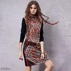 Платья : Трикотажное прямое платье с этническим орнаментом и воротником гольф