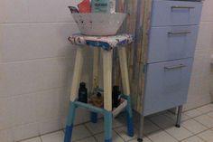 Een kruk beschildert en een kastje voor shampoo gemaakt, staat in de badkamer