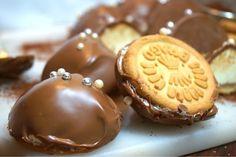 Bragobiskvier med krämig marängsmörkräm Baking Recipes, Cake Recipes, Snack Recipes, Dessert Recipes, Snacks, Köstliche Desserts, Delicious Desserts, Bagan, Marzipan