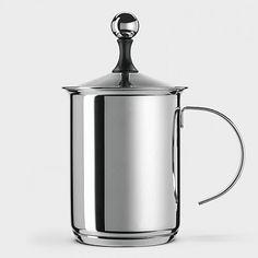 Ohne Milchschaum kein echter Cappuccino! Mit diesem funktionstauglichen Milchschaumbereiter aus italienischer Fertigung spart man sich zur Herstellung des Schaums den Weg über eine Maschine. Dennoch lässt sich in überraschend kurzer Zeit (15-20 Sekunden) cremig-zarter Schaum zaubern, der ein ganzes Lebensgefühl vermittelt und dem Kaffee die krönende Haube aufsetzt. Weitere Einsatzmöglichkeiten: Irish Coffee, geschlagenes Eiweiß, Milchshakes usw. Der Sandwichboden ermöglicht den Einsatz auf…