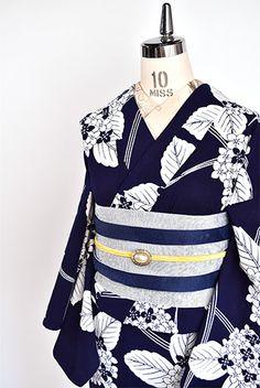 濃紺色地に清々しい白一色で浮かび上がる紫陽花模様が凛と美しい注染レトロ浴衣です。