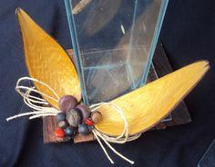 ..detalhe de recuperação de vaso quebrado, onde usei madeira para o suporte, sementes e laço de cisal.