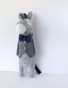 Ezel opgezette dieren, opgezette Donkey speelgoed, vilt Donkey beeldje, ezel pluche speelgoed, Dinkey pop, zachte dieren, voelde dieren, Donkey Gifts Charmante vilt ezel dragen een vest met de schattigste weinig knoppen en een strikje. Ezel staat niet op zijn eigen. hoogte: 15cm (5,9)