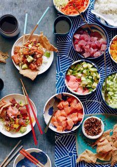 La bonne association : cubes de saumon ou cubes de thon + échalotes frites + cubes d'avocat + coriandre + edamame + carottes râpées + cubes de concombre ...