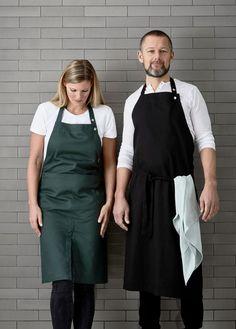 Verstelbare schort van zwart biologisch katoen van the Organic Company. #biokatoen #keukenschort #deensdesign