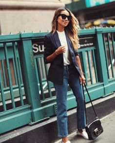 Love this for Friday work or everyday errands. Can't go wrong with a blazer t-shirt and jeans. Sincerely Jules, Style Désinvolte Chic, Love Her Style, Pantalon Slouchy, Blazer And T Shirt, Trendy Outfits, Fashion Outfits, Jeans Boyfriend, Street Style