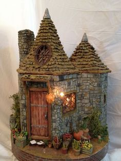 Miniature Hagrids Hut created out of paper. by leanna Miniatur Hagrids Hut aus Papier hergestellt. Hagrids Hut, Fairy Garden Houses, Fairy Gardens, Fairies Garden, Fairy House Crafts, Gnome House, Ideias Diy, Fairy Doors, Miniature Houses