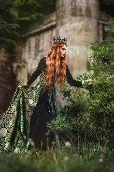 Red-haired woman in a green medieval dress near the castle Fantasy Queen, Foto Fantasy, Fantasy Witch, Medieval Fantasy, Fantasy World, Fantasy Art, Medieval Witch, Medieval Girl, Story Inspiration