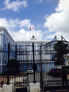Fortaleza  9:58 a.m  como podemos observar en esta institución gubernamental colocaron las banderas de Estados Unidos , Puerto Rico y la bandera del escudo de San Juan como símbolo, aquí podemos ver que se esta incumpliendo con el protocolo al izar las banderas en fin de semanas.