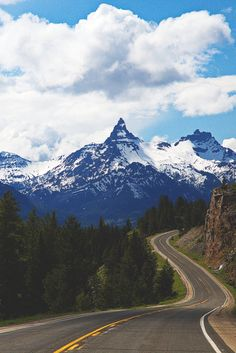 Montana - Pilot Peak coming from Beartooth Pass toward Yellowstone Park Beautiful Roads, Beautiful World, Beautiful Landscapes, Big Sky Country, Country Roads, Yellowstone National Park, National Parks, Wonderful Places, Beautiful Places
