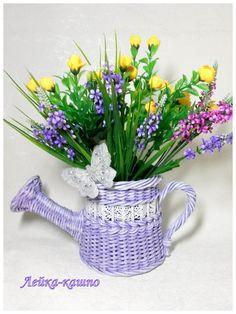 Одноклассники Newspaper Basket, Newspaper Crafts, Basket Drawers, Storage Baskets, Wood Crafts, Diy And Crafts, Weaving Art, Watering Can, Basket Weaving