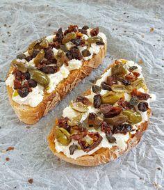 Bruschetta con pomodori secchi, olive ammaccate e capperi