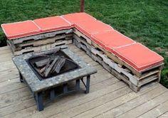Baue eine Gartenbank aus alten Holzpaletten.