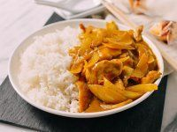 This takeout-style chicken curry uses only a handful of ingredients––many of which you probably already have in your pantry. Indian Food Recipes, Asian Recipes, Ethnic Recipes, Chinese Recipes, Chinese Food, Asian Foods, Vietnamese Recipes, Healthy Cooking, Cooking Recipes