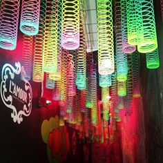 make a ceiling of slinkys or use as a streamers as decroative effect for a party/ diferente efectos decorativos para tu fiesta