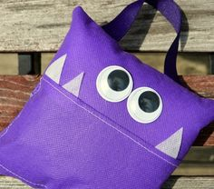 Amy from One Artsy Mama shares a tutorial showing how she created this cute monster tooth fairy pillow. The monsters mouth is the pocket that will hold the tooth – and the money after the to… Tooth Pillow, Felt Pillow, Tooth Fairy Pillow, Sewing Art, Sewing Crafts, Sewing Projects, Felt Projects, Cute Monsters, Little Monsters