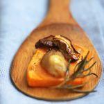 zucca e porcini al rosmarino è un contorno tanto semplice da fare quanto delizioso nell'accostamento dei sapori. Prova la ricetta di Sale&Pepe.