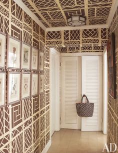 Quadrille Lyford Trellis wallpaper, ceiling too! Aleppo Inlay Table Keeping this as an idea for under-bench storage if we ever do bench/banq. Bamboo Wallpaper, Trellis Wallpaper, Wall Wallpaper, Wallpaper Ideas, Pattern Wallpaper, Chinoiserie Wallpaper, Chinoiserie Chic, Architectural Digest, Style At Home