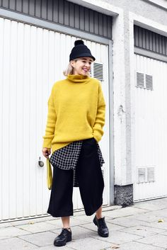 Esra E. - Pimkie Oversized Yellow Knit, H&M Black Culotte Pants, Monki Fun Black Hat, H&M Plus Size Oversized Grid Blouse - Layers with pop of yellow Culottes Street Style Casual, Yellow Blouse, Black Blouse, Culotte Style, Culotte Pants, Outfits With Hats, Casual Outfits, Black Culottes, Winter Blouses