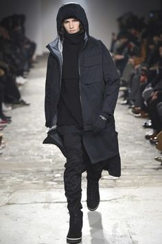 The complete White Mountaineering Fall 2018 Menswear fashion show now on Vogue Runway.