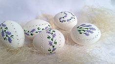 Kraslica madeira levanduľa rôzne vzory maľovana farebným a bielym voskom kraslica je bez stuhy.... Egg Shell Art, Welcome Spring, Egg Art, Egg Decorating, Egg Shells, Quilling, Easter Eggs, Diy And Crafts, Projects To Try